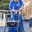 Exclusif - Katherine Jackson (la mère de M. Jackson) se promène à l'aide d'un déambulateur avec sa fille Rebbie Jackson à Calabasas, le 21 septembre 2017.