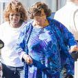 Exclusif - Katherine Jackson ( la mère de M. Jackson) se promène à l'aide d'un déambulateur avec sa fille Rebbie Jackson à Calabasas, le 21 septembre 2017.