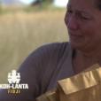 """Sandrine et Tiffany, contraintes de faire un choix pour la distribution du courrier des proches, dans """"Koh-Lanta Fidji"""" (TF1), vendredi 3 novembre 2017."""