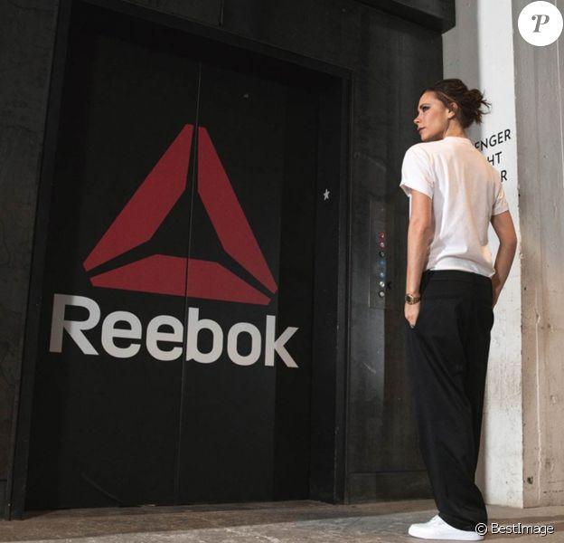 Victoria Beckham annonce sa collaboration avec Reebok avec cette photo d'elle devant le siège social de la marque.