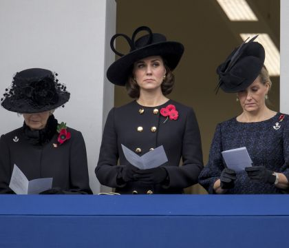 Kate Middleton, William et Harry : Graves au Cénotaphe, le clan royal recueilli