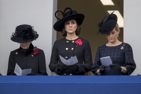 Kate Middleton, William et Harry : Graves au Cénotaphe, le clan royal recueilli