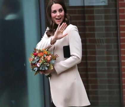 Kate Middleton, enceinte : Chic et le sourire retrouvé en séance de rattrapage