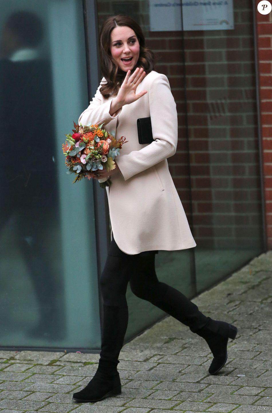 La duchesse Catherine de Cambridge, enceinte, arrive au Hornset Road Children Centre à Londres le 14 novembre 2017. Une visite reprogrammée après son annulation de dernière minute début septembre en raison des violents symptômes d'hyperémèse gravidique de sa troisième grossesse.