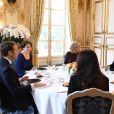 Emmanuel Macron, président de la République Française, et sa femme la Première Dame Brigitte Macron (Trogneux) s'entretiennent puis déjeunent avec l'ex-Premier ministre libanais Saad Hariri accompagné de sa femme Lara et de son fils Hussam, dans le Salon des Portraits au palais de l'Elysée. Paris, le 18 novembre 2017. © Ammar Abd Rabbo/Pool/Bestimage