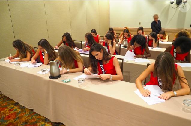 Les prétendantes au titre de Miss France 2018 face au test de culture générale, le 23 novembre 2017 à La Quinta en Californie.