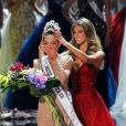 Iris Mittenaere couronne Miss Afrique du Sud, Demi-Leigh Nel-Peters - Finale du concours Miss Univers 2017 au Planet Hollywood Resort & Casino. Las Vegas, le 26 novembre 2017.