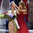 Iris Mittenaere couronne la Miss Afrique du Sud, Demi-Leigh Nel-Peters, lors de la finale de Miss Univers 2017. Las Vegas, le 26 novembre 2017.