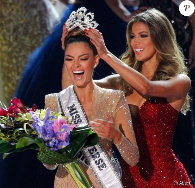 Miss Afrique du Sud Demi-Leigh Nel-Peters est sacrée Miss Univers 2017 par Iris Mittenaere à l'élection de Miss Univers 2017 au Planet Hollywood Resort & Casino à Las Vegas, le 26 novembre 2017.