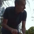 """""""Elie Semoun prépare le repas au bivouac dans l'épisode 3 de son voyage en Ontario avec Canada Diem, à la découverte du Parc Algonquin dans la région des grands lacs."""""""