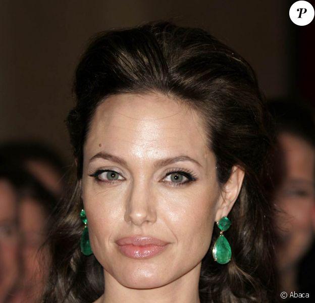 """La belle Angelina Jolie, en photo lors des récentes cérémonies de récompenses du cinéma, tourne actuellement """"Salt"""", dans la région de New York !"""