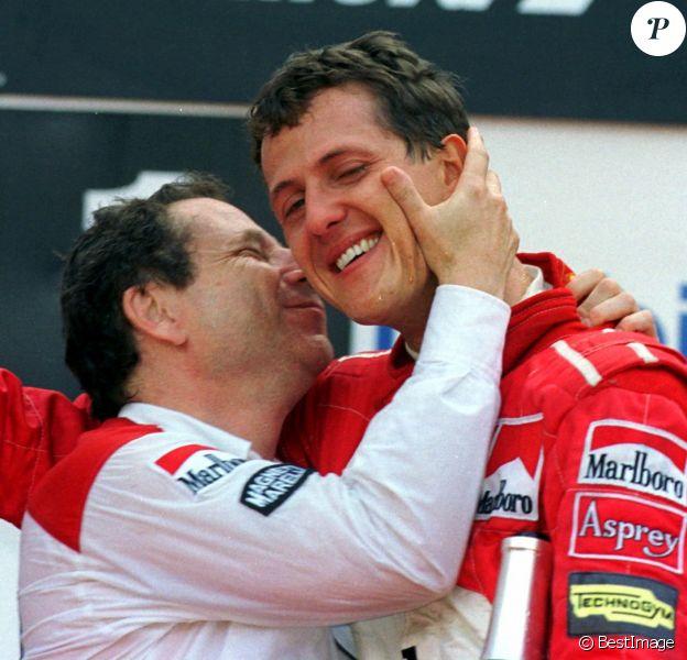 Jean Todt embrasse Michael Schumacher au Grand Prix de Formule 1 de Belgique. Le 24 août 1997.