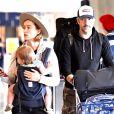 Exclusif - Olivia Wilde, sa fille Daisy et son compagnon Jason Sudeikis arrivent à l'aéroport LAX de Los Angeles le 15 novembre 2017.