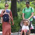 Olivia Wilde se promène en famille à New York avec son compagnon Jason Sudeikis et leurs enfants Otis et Daisy le 19 aout 2017.