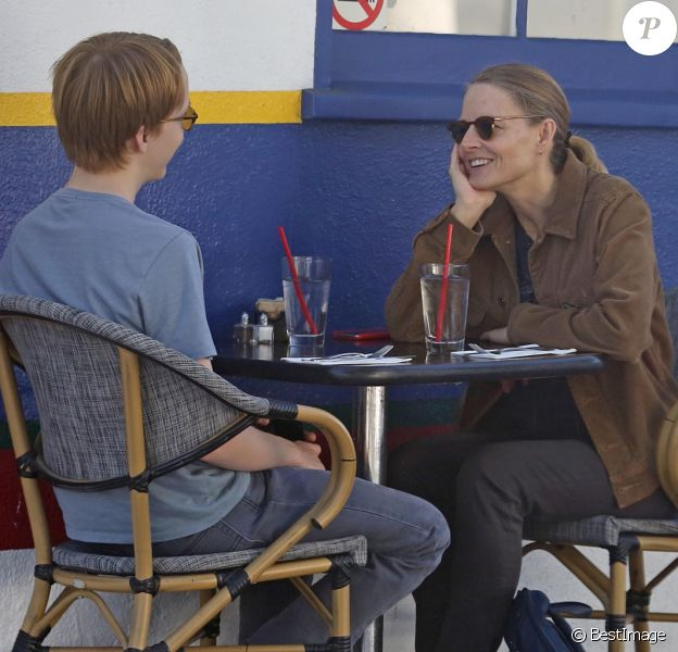 """Exclusif - Jodie Foster déjeune avec son fils Charles (19 ans) au café """"La Conversation"""" dans le quartier d'Hollywood à Los Angeles, le 14 novembre 2017."""