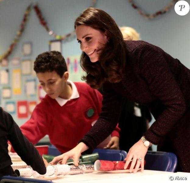 La duchesse Catherine de Cambridge, enceinte, a remis des cadeaux aux enfants lors d'une fête de Noël organisée au Rugby Portobello Trust, dans le quartier de North Kensington à Londres, le 12 décembre 2017.