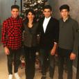 Luca Zidane pose avec ses frères Enzo et Théo, et leur mère Véronique, devant leur sapin de Noël. Photo postée sur Instagram le 5 décembre 2016.
