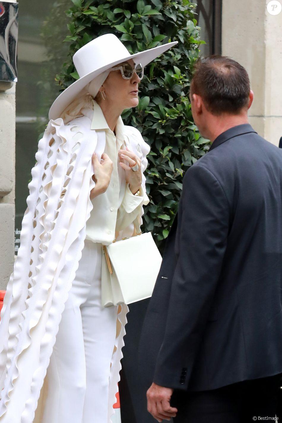 Céline Dion quitte l'hôtel Royal Monceau à Paris, le 12 juillet 2017.