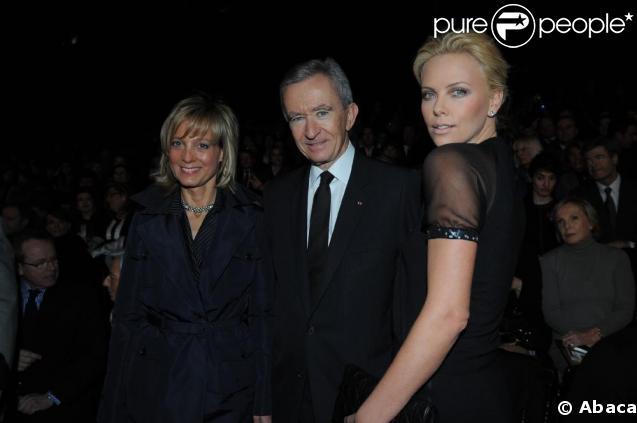 Charlize Theron au défilé Christian Dior Automne-Hiver 2009/2010, avec Bernard Arnault et sa femme Héléne