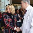 La première dame Brigitte Macron et le docteur Francois Lhote lors de la visite du centre hospitalier Delafontaine à Saint-Denis dans le cadre de la journée mondiale de lutte contre le Sida le 1er décembre 2017. © Stéphane Lemouton / Bestimage