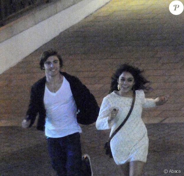 Zac Efron et Vanessa Hudgens sortent d'un restaurant en courant !