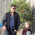 Exclusif - Robin Thicke fait du shopping au Trancas Country Market avec sa compagne April Love Geary et son fils Julian à Malibu, le 17 décembre 2017