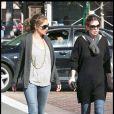 Rebecca Gayheart et sa copine Ellen Pompeo, toutes deux en jean et lunettes de soleil, décontractes pour une sortie en couple le dimanche 8 mars 2009.