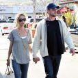 Eric Dane et Rebecca Gayheart main dans la main, lunettes de soleil, jeans, casquette et ballerines : la recette de l'amour selon... Dr Glamour.