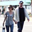 Eric Dane et Rebecca Gayheart font du shopping en amoureux dans les rues ensoleillées de Malibu.