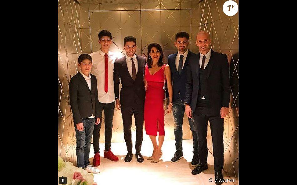 Zinédine Zidane a passé Noël en famille, avec sa femme Véronique, leurs quatre fils Enzo, Luca, Théo et Elyza, et son neveu Driss, à Dubaï. Instagram, décembre 2017.