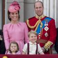 "La duchesse Catherine de Cambridge, le prince William, la princesse Charlotte et le prince George au balcon du palais de Buckingham lors de la parade ""Trooping The Colour"" à Londres le 17 juin 2017."