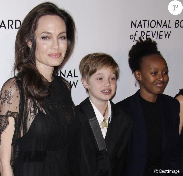 Angelina Jolie avec ses enfants Shiloh Jolie-Pitt (le bras en écharpe) et  Zahara Jolie-Pitt - Soirée de gala des National Board of Review Annual Awards à New York, le 9 janvier 2018.