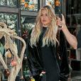 "Khloe Kardashian, enceinte, sort du restaurant ""Nicola's Kitchen"" à Woodland Hills, le 9 janvier 2018."
