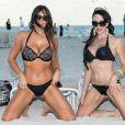 Claudia Romani et Bella Bond posent sur la plage à Miami, le 14 janvier 2018.
