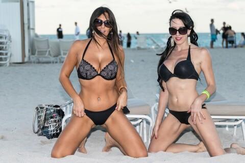 Claudia Romani : Canon en bikini, elle s'amuse avec une copine sensuelle