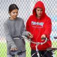 Selena Gomez et Justin Bieber font une balade à vélo dans les rues de Los Angeles. Les 2 ex très proches plaisantent, s'amusent et se taquinent.. Le 1er novembre 2017