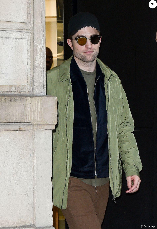 Robert Pattinson fait du shopping à la boutique Dior Homme à Paris le 19 janvier 2018.