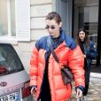 Bella Hadid sort de la maison Dior pour se rendre à la boutique Prada avenue Montaigne à Paris le 19 janvier 2018.
