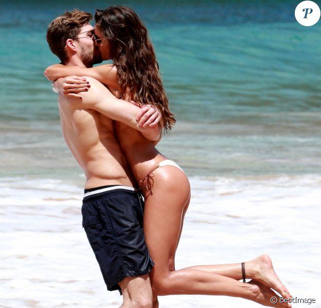Exclusif - Izabel Goulart et son compagon Kevin Trapp sur la plage de Recife au Brésil, le 25 décembre 2017.