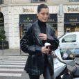 Bella Hadid quitte l'hôtel Royal Monceau à Paris, toute de noir vêtue avec une banane et des sandales Prada, un body à col roulé Wolford et un pantalon en cuir La Marque. Le 24 janvier 2017.