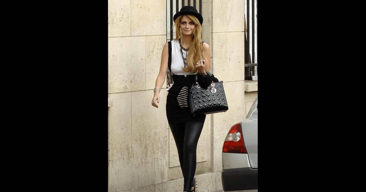 Mischa Barton Se Promene Dans Paris O Elle Poss De Un
