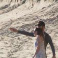 Exclusif - Le chanteur de Coldplay Chris Martin et sa nouvelle compagne Dakota Johnson se promènent très amoureux sur la plage de Malibu le 14 janvier 2018