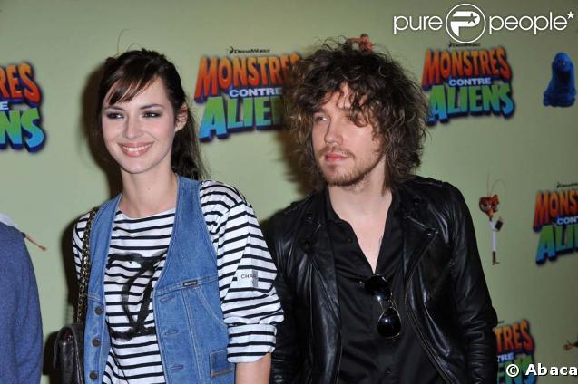 Louise Bourgoin et Julien Doré lors du photocall de Monsters vs Aliens, à Paris, le 15 mars 2009