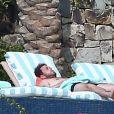 Exclusif - Jonah Hill bronze au bord d'une piscine en compagnie d'une mystérieuse inconnue lors de ses vacances à Cabo San Lucas au Mexique. Le 14 janvier 2018