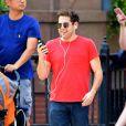 Exclusif - Jonah Hill en pleine conversation téléphonique Facetime dans les rues de New York. Le 27 août 2017