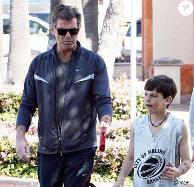 Pierce Brosnan, ses fils et Woofy