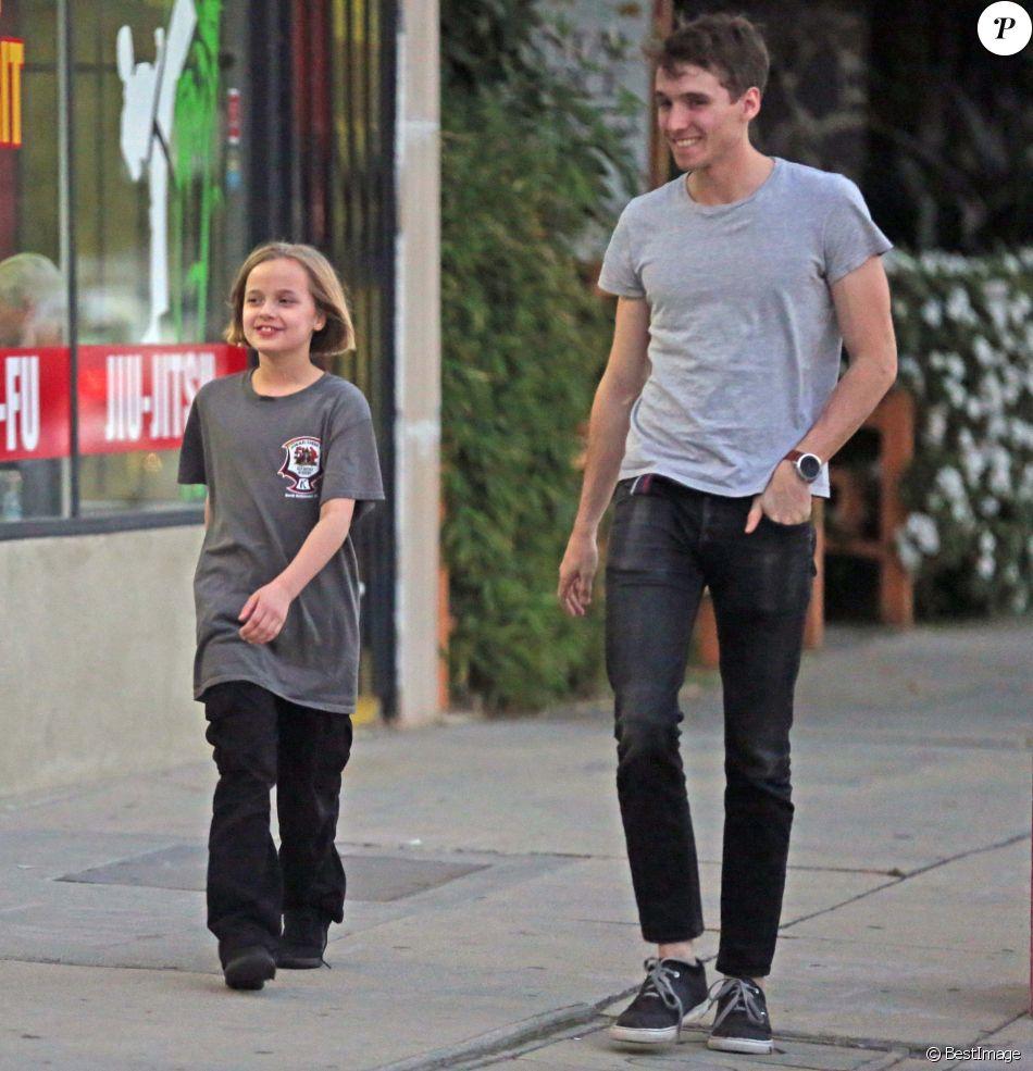 Exclusif - Vivienne Jolie-Pitt se balade dans son quartier accompagnée d'un jeune homme, peut-être garde du corps, à Los Angeles, le 5 février 2018