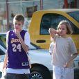 Exclusif - Shiloh Jolie-Pitt et sa soeur Vivienne Jolie-Pitt font du shopping avec un garde du corps à Los Angeles le 3 février 2018.