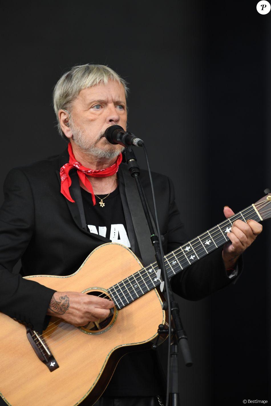 Renaud chante lors du 3ème jour de la Fête de l'Humanité à la Courneuve le 17 septembre 2017.