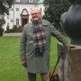 """Le prince Henrik de Danemark le 30 juin 2017 dans le parc du palais de Marselisborg, à Aarhus, posant à côté de la sculpture """"Torso"""" qu'il a créée. Le 6 septembre 2017, la cour danoise a annoncé qu'Henrik souffre de démence. © Instagram Cour royale de Danemark"""